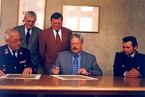 Oberbürgermeister von Saarlouis (SLS) Hans-Joachim Fontaine unterzeichnet die Partnerschaftsurkunde