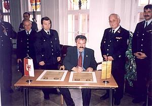 Bürgermeister Reiner Werner unterzeichnet die Partnerschaftsurkunden
